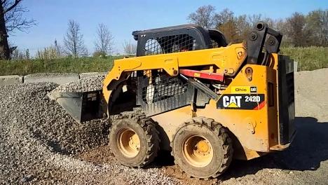 Аренда мини-погрузчика CAT 242D3